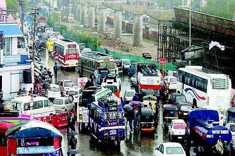 Bus stand shopkeepers protest against JDA, observe bandh