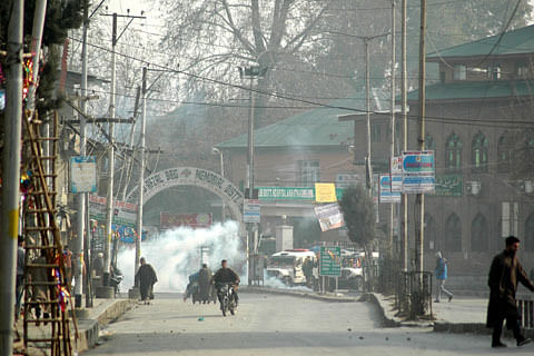 Clashes erupt in Anantnag after Friday prayers