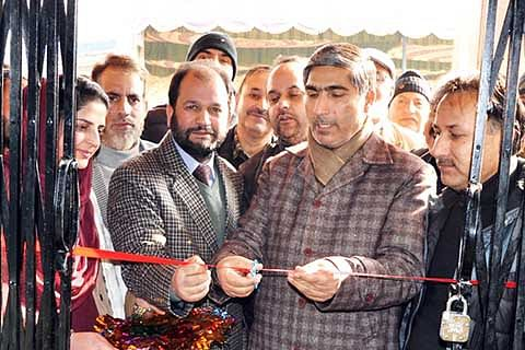 DC Pulwama inaugurates new J&K Bank building in Achan