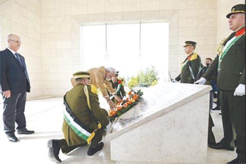 Lays wreath at Yasser Arafat's mausoleum
