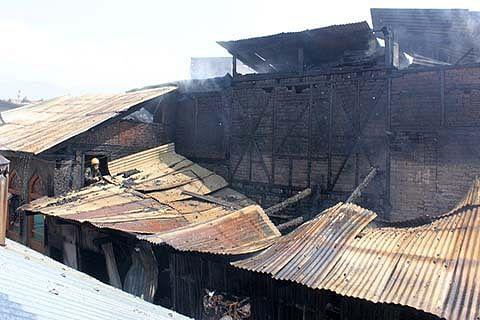 6 houses damaged in Maharaj Gunj blaze