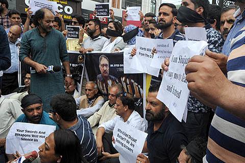 Kashmir Press protests Shujaat's killing, Lal Singh's threat