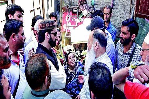 Mirwaiz seeks help for rehabilitation of Pandaan fire victims