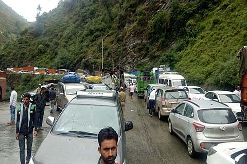 Brief closure of Jammu-Srinagar NH leads to traffic mess for whole day