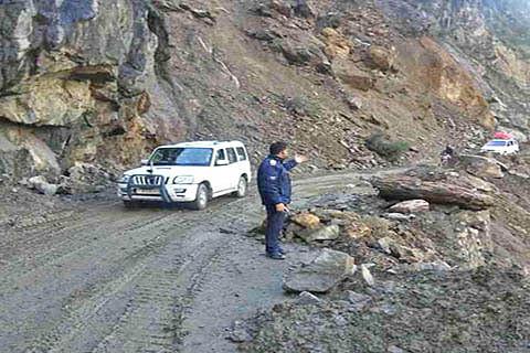 Traffic suspended along Sgr-Leh highway
