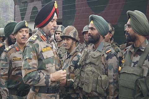 Northern Army Commander visits forward posts in Rajouri