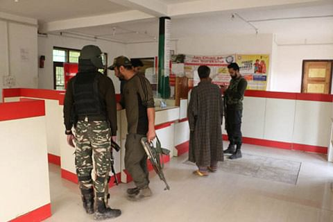 Rifle snatched from bank guard in Shopian; cash looted