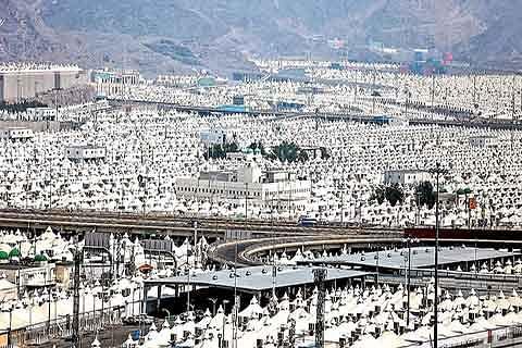 Hajis scale Arafat on Eid eve