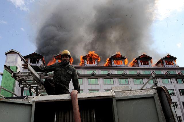 Massive Blaze Breaks Out In Pamposh Hotel In Srinagar
