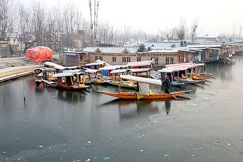 Cold wave tightens grip over Kashmir