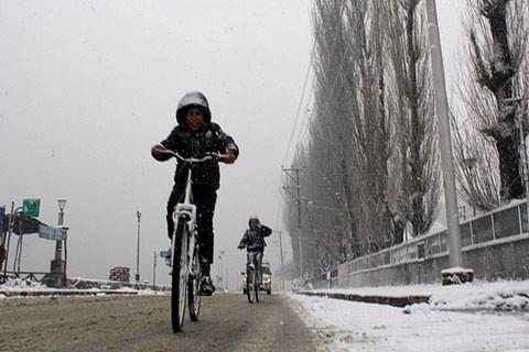 Kashmir valley receives fresh snowfall
