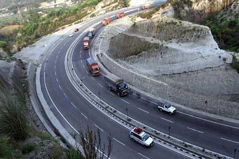 Srinagar-Jammu highway open for one-way traffic despite snowfall