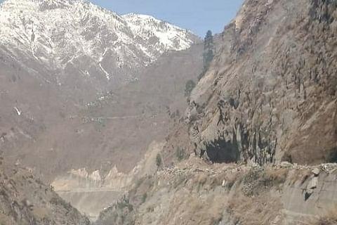 Shooting stones disrupt traffic movement on Kashmir highway
