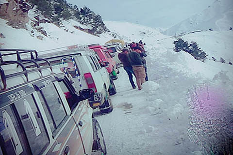 Snow leaves scores of villages near LoC cut off