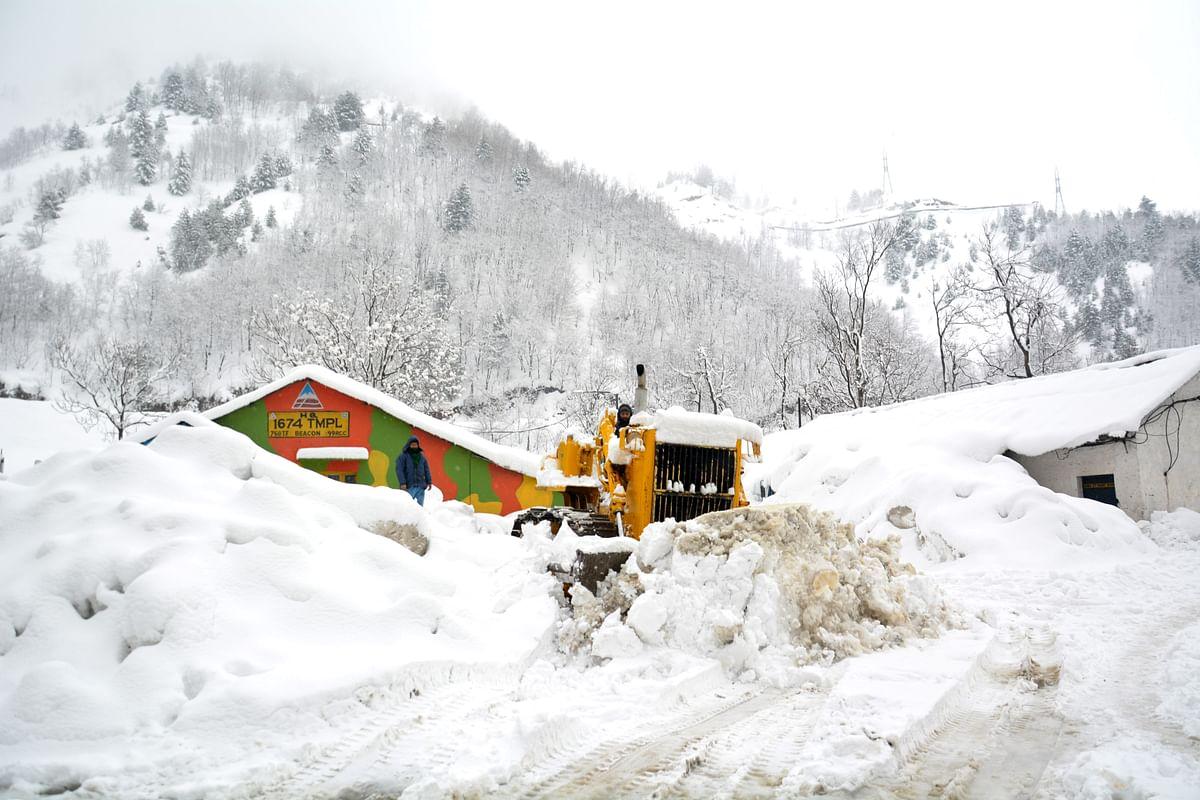 Kashmir highway closed after fresh snowfall