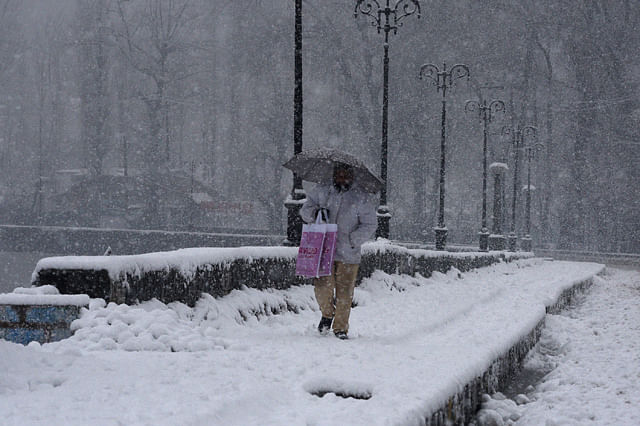 Heavy Snowfall In Kashmir disrupts Normal Life