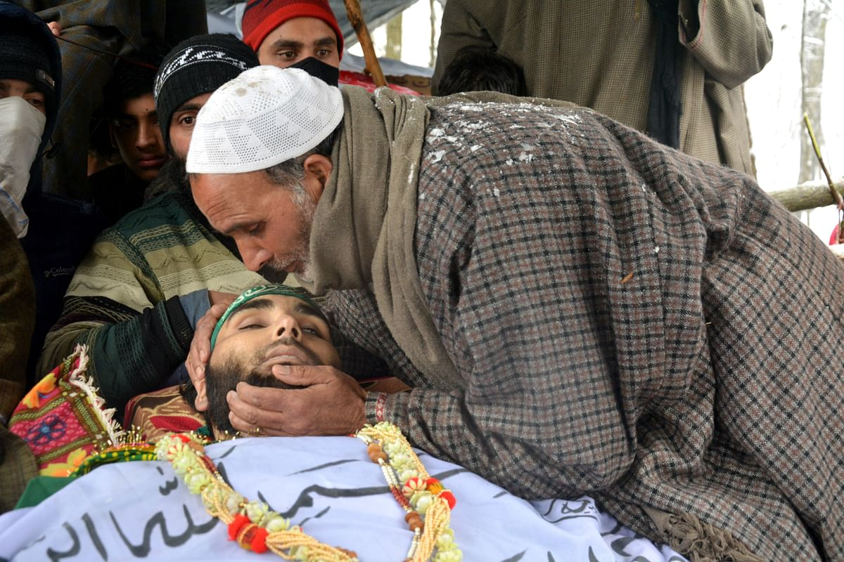 Thousands Brave Heavy Snow to participate in Last Rites of Slain LeT Commander in Pulwama