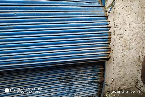 Two mobile phone stores burgled in Sopore, shop owners protest
