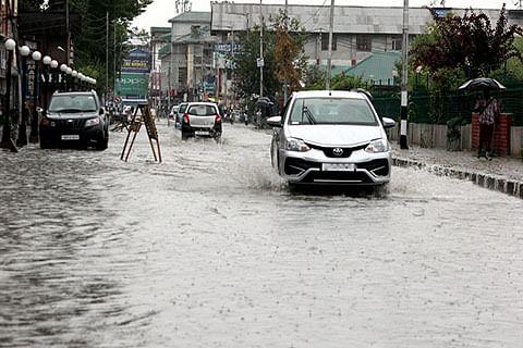 Snow, rains throw life out of gear in Srinagar