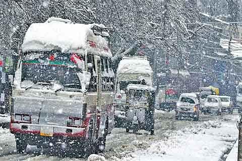 Snowfall brings life to a halt in Srinagar