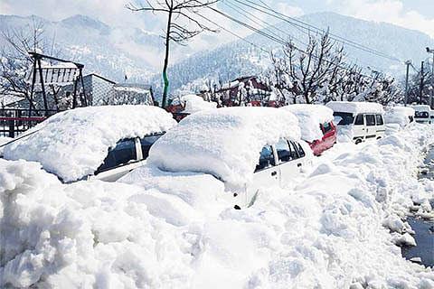 Heavy snowfall throws life out of gear across Chenab Valley
