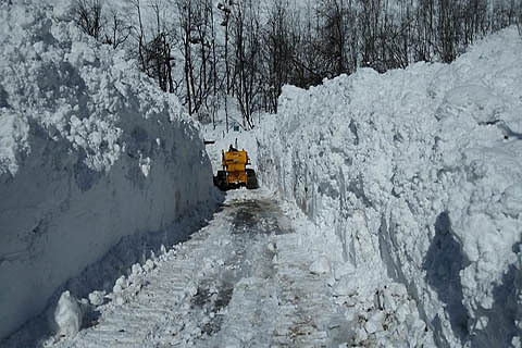 Highway closure: Shooting stones, landslides hamper clearance work