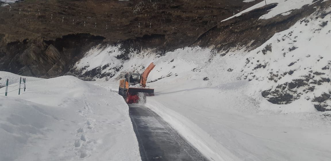 Mughal road closed for traffic after fresh snowfall