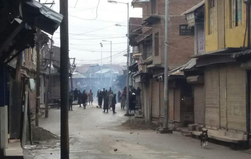 Clashes break out near gunfight site in Shopian