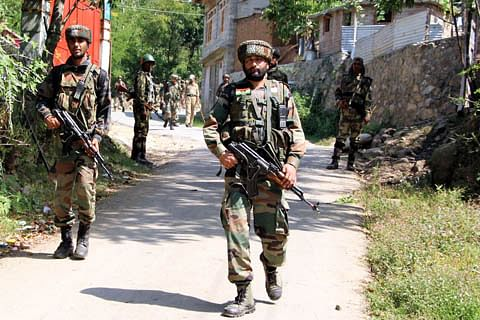 Internet suspended in Sopore as forces lay siege to Hathlangoo village