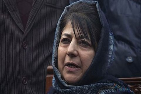 Mehbooba visits Mian Altaf's residence, offers condolences