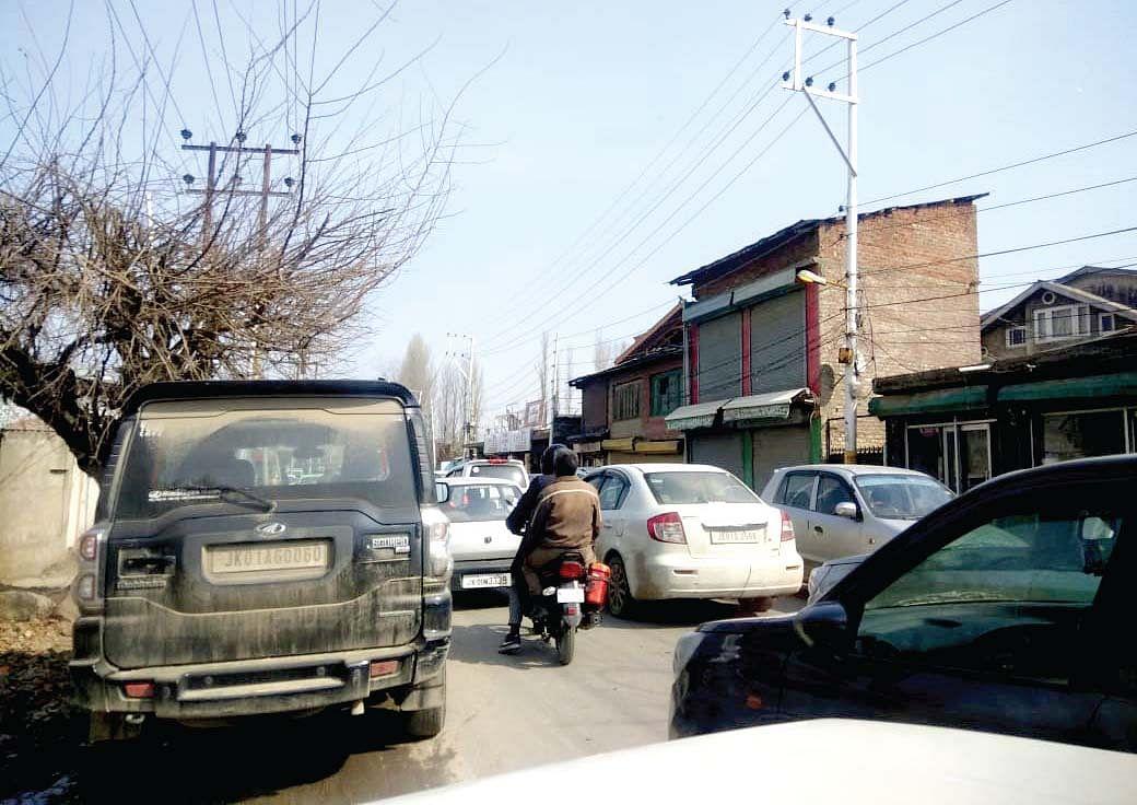 No end to traffic woes on Rangreth-Sanat Nagar road