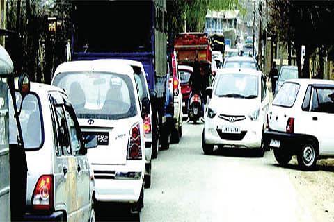 Encroachment, narrow roads create daily traffic mess in Bandipora
