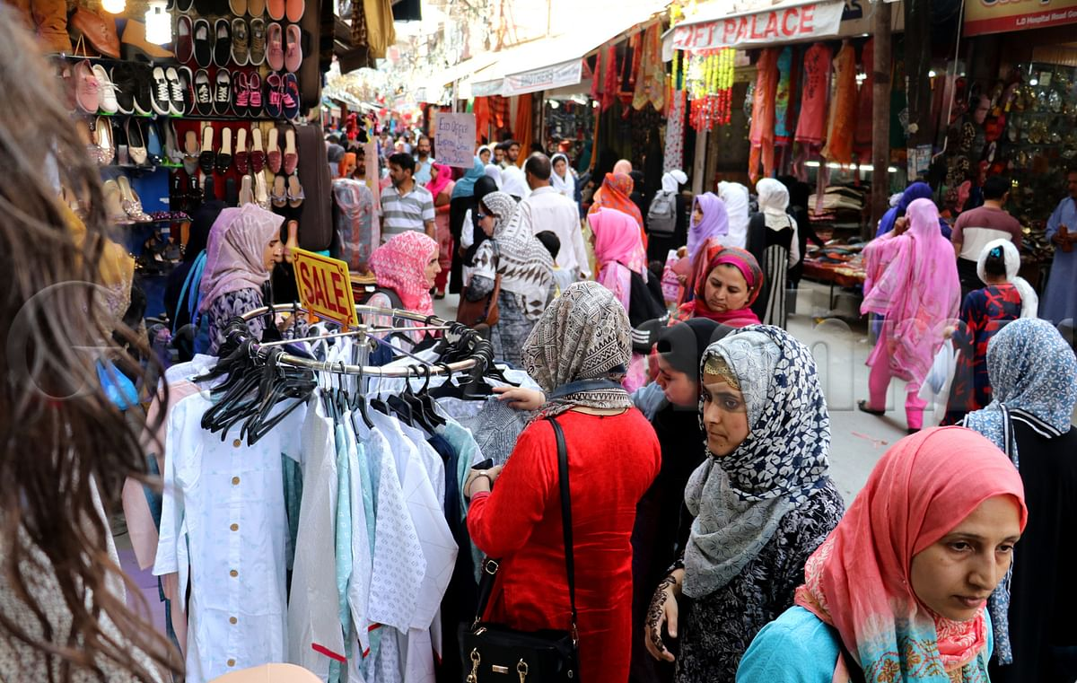Budgam: People throng markets for Eid shopping despite corona scare
