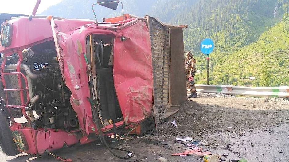 Lorry driver dies in road mishap on Srinagar-Leh highway in Kangan