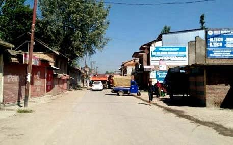 Sumbal protests against bad roads, no garbage dumping site