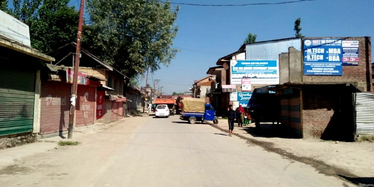 Sumbal town shuts to protest against bad roads, lack of garbage dumping site