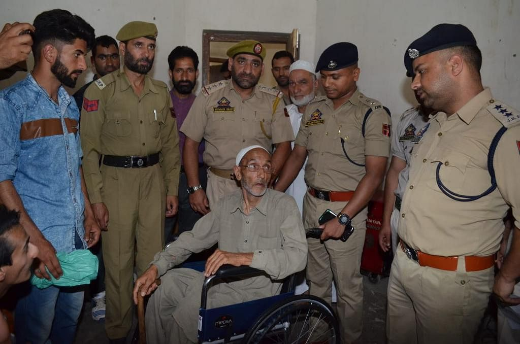 Police provide aids to specially-abled persons in Budgam