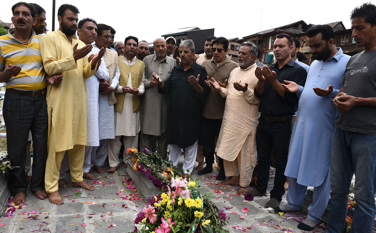 Veeri, Tarigami, Er Rasheed, others visit martyrs graveyard