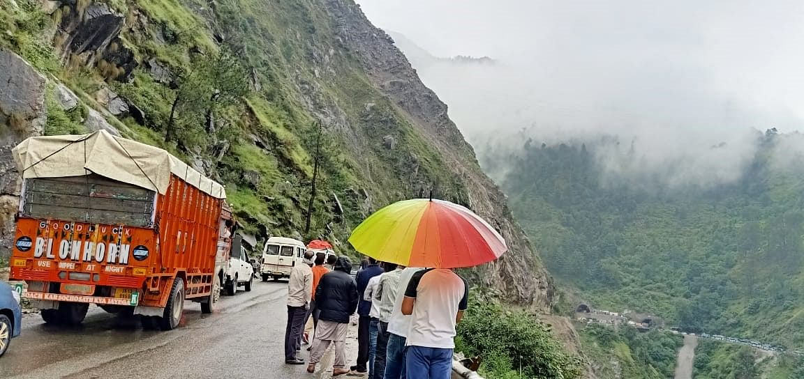 Jammu-Srinagar highway closed for traffic for 2nd day, over 3,000 vehicles stranded