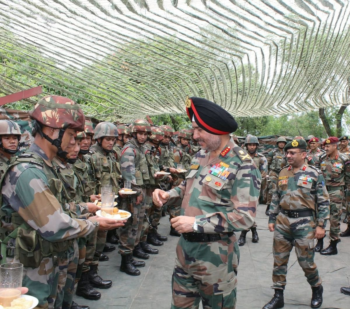 Northern Army Commander visits forward bases in Poonch