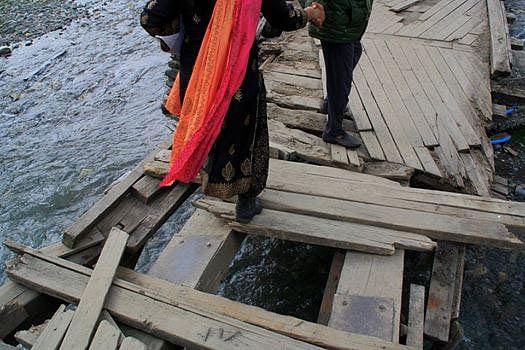 'Accident waiting to happen': Visitors rue damaged footbridge in Sonamarg
