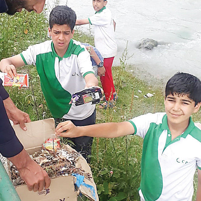 Crescent School holds cleanliness drive in Sonamarg