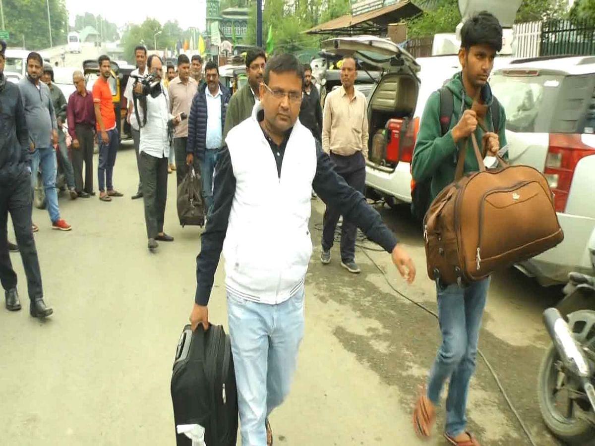 Tourists, pilgrims leave Kashmir in wake of advisory