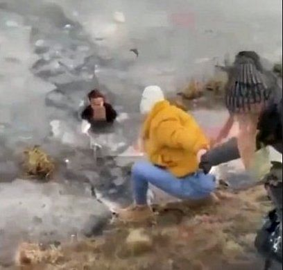 Woman cuts through icy pond to save dog, netizens laud