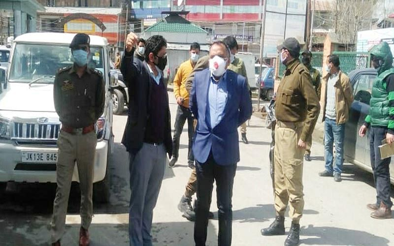 Div Com takes stock of COVID-19 control measures in Pulwama