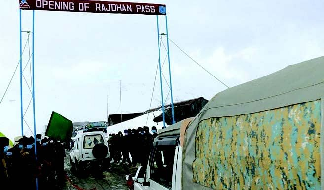 Shortage Of Edibles In Gurez | Locals demand movement of vehicles on Bandipora-Gurez road