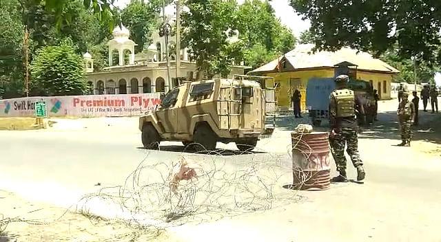 Militants hurl grenades on security forces in south Kashmir's Awantipora
