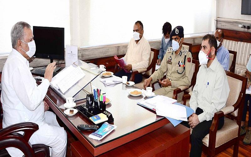 Advisor Farooq for strict enforcement of SOPs during Eid shopping