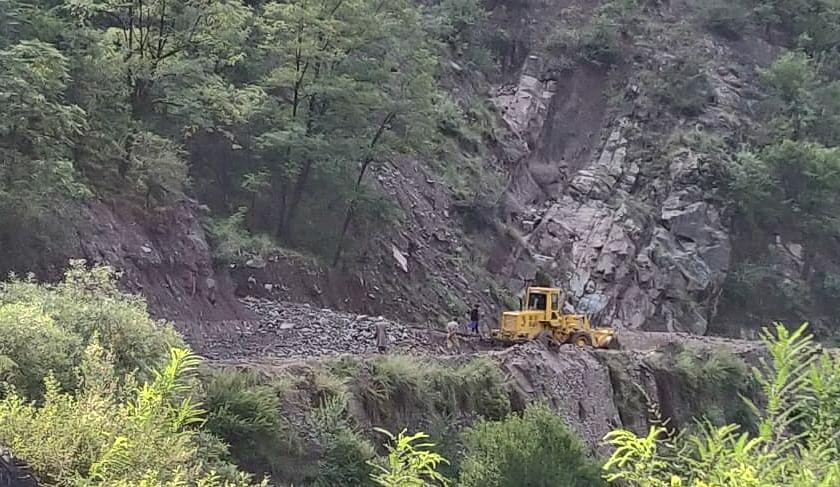 Hundreds of vehicles stranded after landslides block Srinagar-Muzaffarabad road in Uri