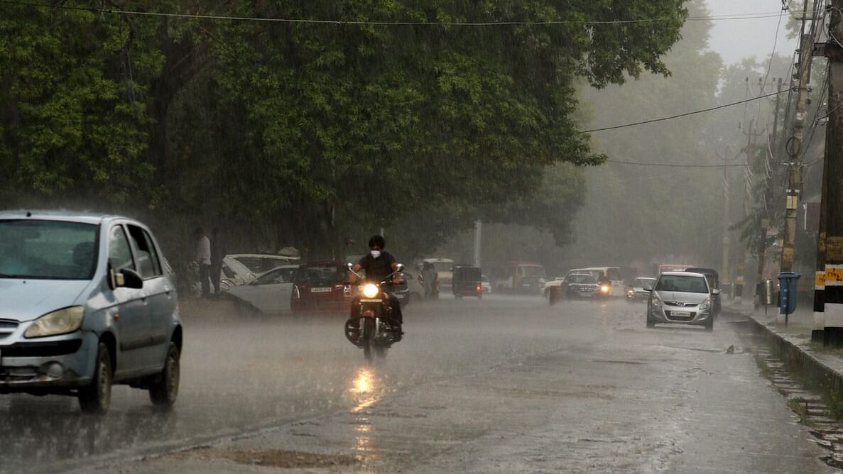 Downpour brings winter chill in Kashmir